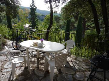 La cave à vin-Espace extérieur avec salon de jardin.