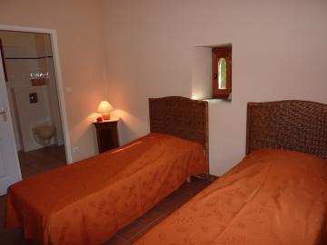 La cave à vin-Chambre à 2 lits.