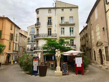 """Place des bons amis , Béziers  """"Au Saint Sauveur """""""