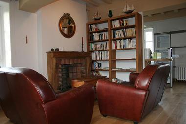 MANOIR LA BARDOULAIS - Coin salon et bibliothèque - St Méloir