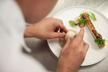 Hotel-Castelbrac-Dinard-restaurant-le-Pouquoi-Pas-chef-min