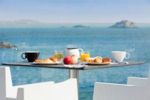 Hotel-Dinard-Thalassa-petit-dejeuner-en-terrasse
