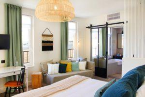 Hotel-Le-Nessay-Saint-Briac-chambre-double-coin-salon-et-sdb