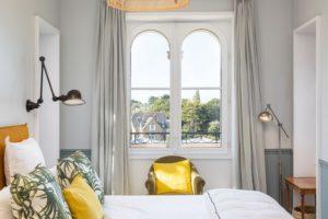 Hotel-Le-Nessay-Saint-Briac-chambre-double-jaune-2