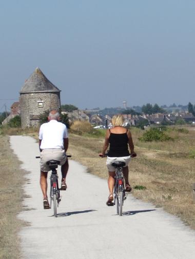 Couple de cyclistes sur la voie verte