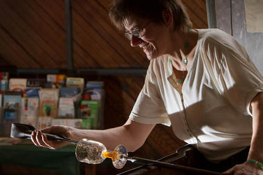 Martine Durand-Gasselin, souffleuse de verre à Saint-Méloir-des-Ondes
