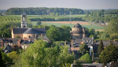Vue-panoramique-sur-la-tour-de-Papegault-et-l-Eglise-St-Louis-Marie-Grignion---Montfort----Office-de-Tourisme