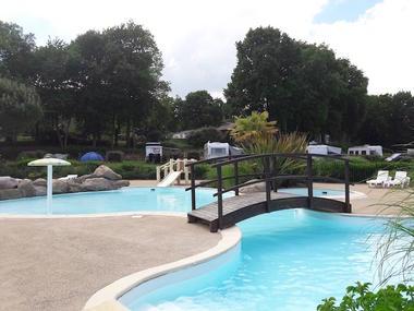 piscine et tobogan