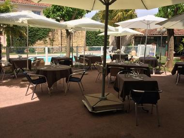 Hotel restaurant Auberge des palmiers RIEUMES terrasse