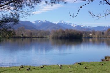 Vue lac et pyrenees base de loirsirs MONTREJEAU