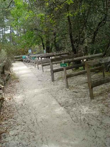 Entrée de la réserve, parking à vélo