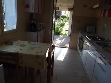 Location de vacances Mme Cheylat - cuisine et terrasse couverte - Carcans