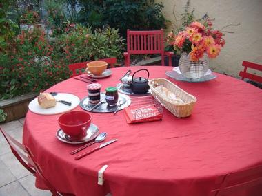 chez-mme-perraud-chambre-d-hotes-au-coeur-du-par-naturel-de-briere-petit-dejeuner-au-jardin-648631