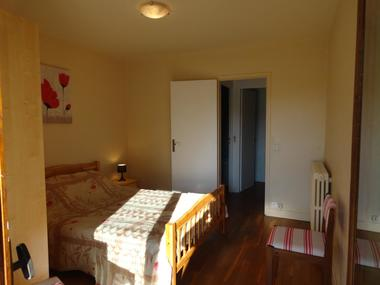 Chambre avec accès sur le balcon avec salle de bains et wc séparés