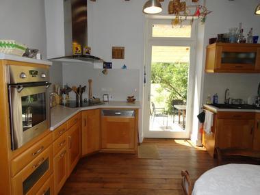 La cuisine ouvrant sur la terrasse