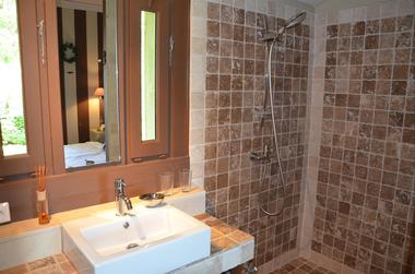 Gîte Durocher-St Denis les Martel-salle de douche