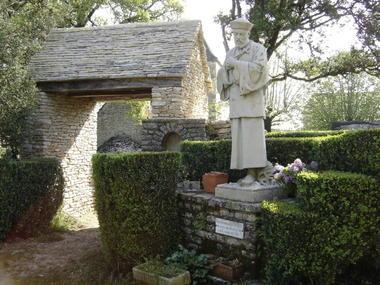 Montgesty : Place du Village devant la statue de JG Perboyre