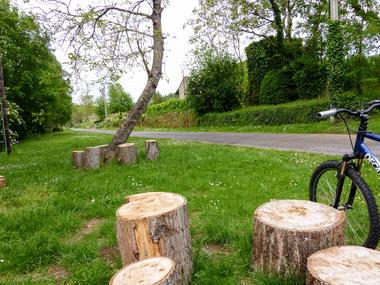 08Luzech - Rondins de bois disposés sur les berges © Lot Tourisme - C. Sanchez