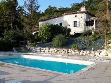La piscine et le gîte