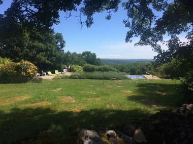 La piscine, vue sur la vallée du Célé