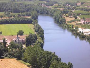 Crayssac : Vue sur la Rivière Lot et le Chateau de Langle situé à Caillac