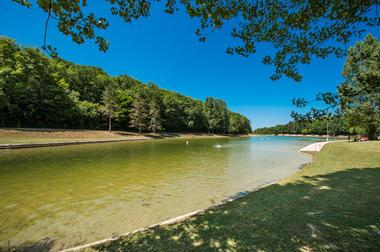 Baignade-au-plan-d-eau-Ecoute-s-il-pleut-a-Gourdon-02---Lot-Tourisme---C.-ORY