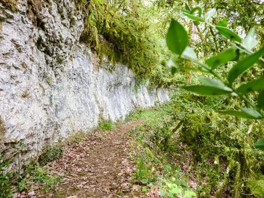 Blanzaguet - Flanc de falaise sous le Roc des Monges © Lot Tourisme - C. Sanchez