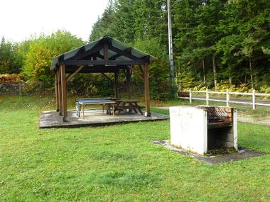 Camping-Municipal-la-Croix-de-Brunal-St-Martin-la-Meanne-table-de-ping-pong--barbecue