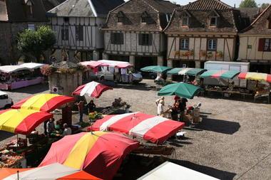 Bretenoux - Marché Place des Consuls