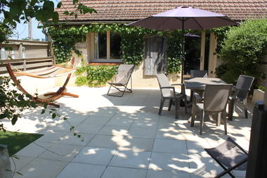 La grande terrasse privée en pierre du gite, avec hamac.