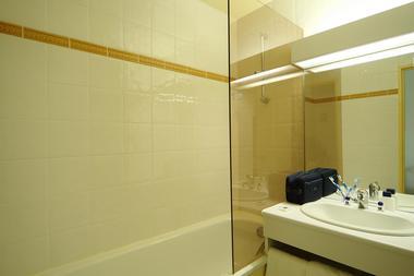 Ky-Cahors-SDB Chambre lit double et lit simple 02