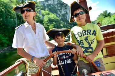 """La """"Croisière Pirate"""" - enfants à la barre !_16 © Lot Tourisme - C. ORY"""