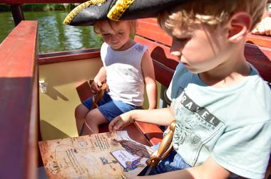 """La """"Croisière Pirate"""" - lecture de la carte au trésor_15 © Lot Tourisme - C. ORY"""