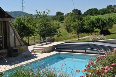 Meublé-LaPapetie-Brivezac_piscine-fleurs
