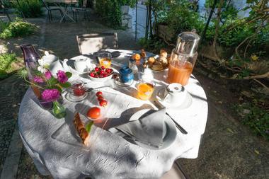 Petit déjeuner en terrasse - La Maison des Chanoines - Turenne - Vallée de la Dordogne