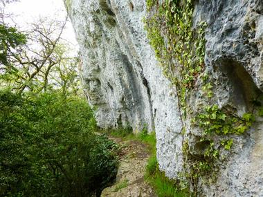 Roc des monges - Sentier à flanc de falaise © Lot Tourisme - C. Sanchez