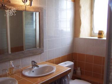 Salle d'eau avec double lavabo, toilette et cabine douche GP