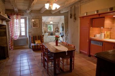 Un salon / avec cuisine ouverte