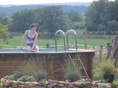 piscine dans la cour de la ferme