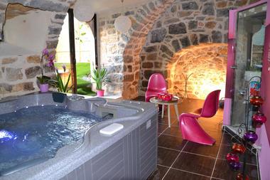 Soleil Eau Spa chambre avec jacuzzi privatif dans une ambiance romantique design