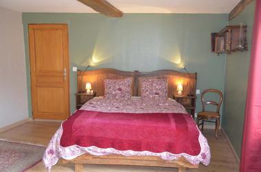 Chambre-Agathe-lit-rouge-1-2