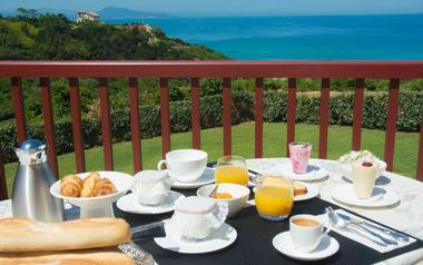 Petit-dejeuner-vue-mer-bidart-bistaeder-chambredhotes-3
