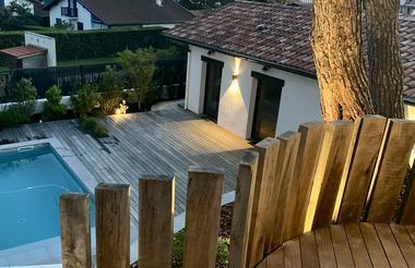 Vue sur terrasse piscine et chambres