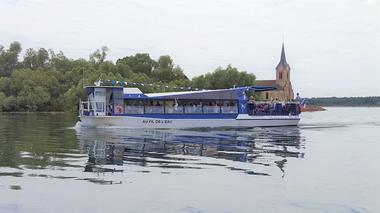 Photo-nouveau-bateau-bateau-avec-Eglise
