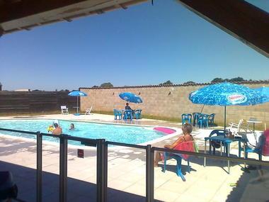 Camping La Croix Badeau - photo prise sous l' abri côté piscine