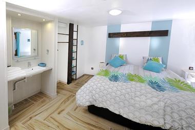 Chambre 2 Rez de Chaussée (  Lit double ) + lavabo