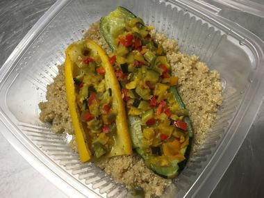 La chaussée - Cabanes - Végétarien - courgettes farcies aux petits légumes sur lit de quinoa