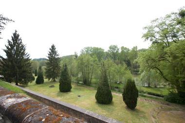 Le château de la Roche Racan bord d'étang