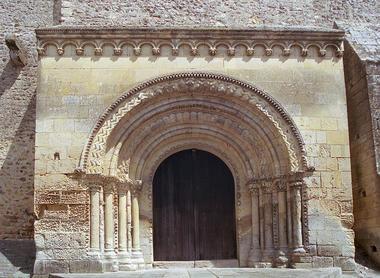 Porche de l'église Saint-Aubin-Bazouges