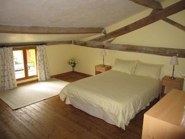 lavandes05 bedroom (700x525)